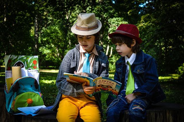Děti si čtou knihu